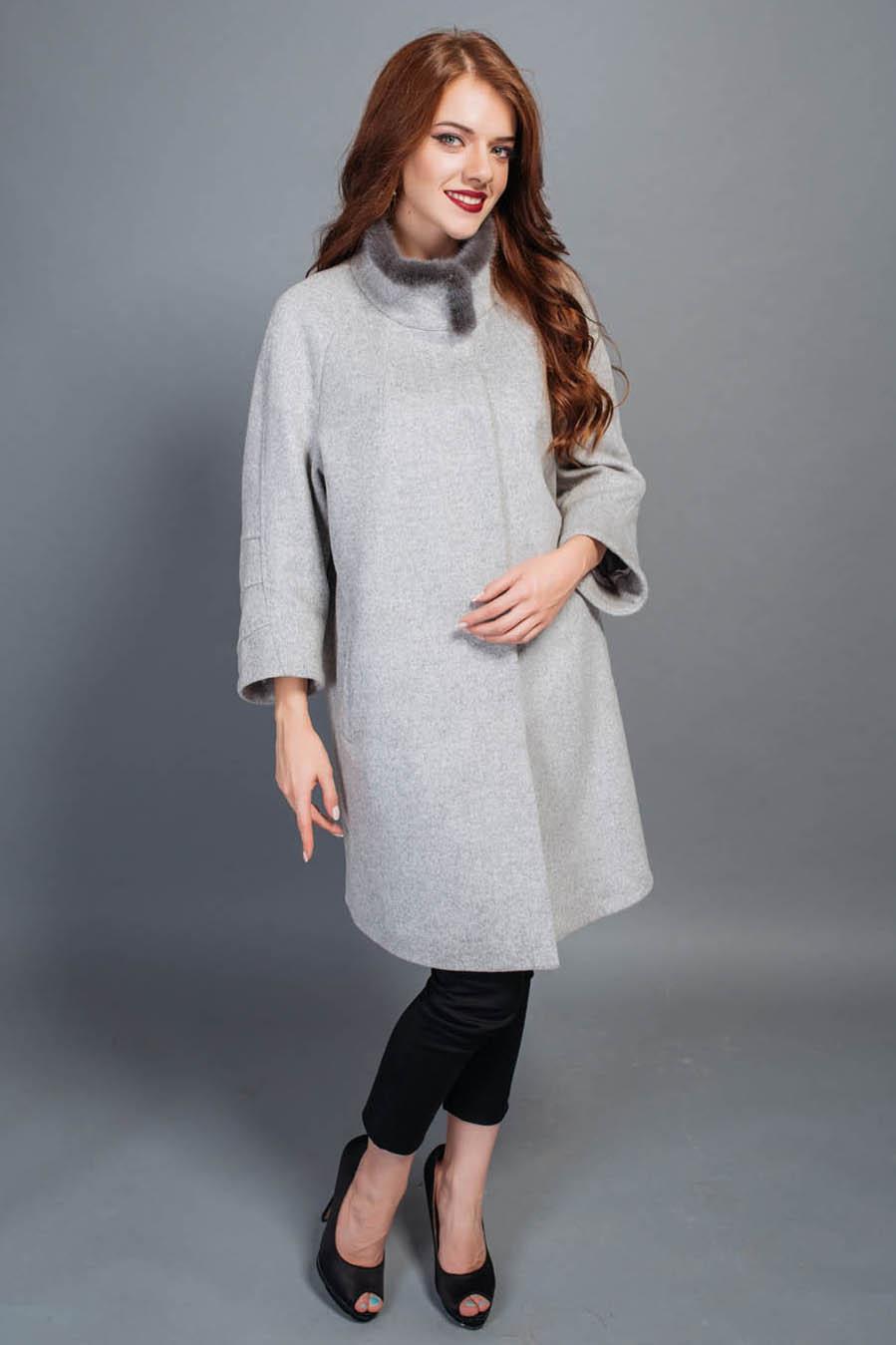 Пальто женское бежевого цвета воротник стойка с норки рукав укороченный