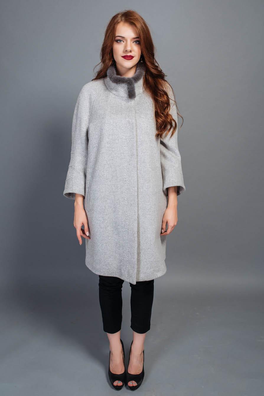 Пальто женское осеннее бежевого цвета рукав укороченный воротник стойка отделка с норки