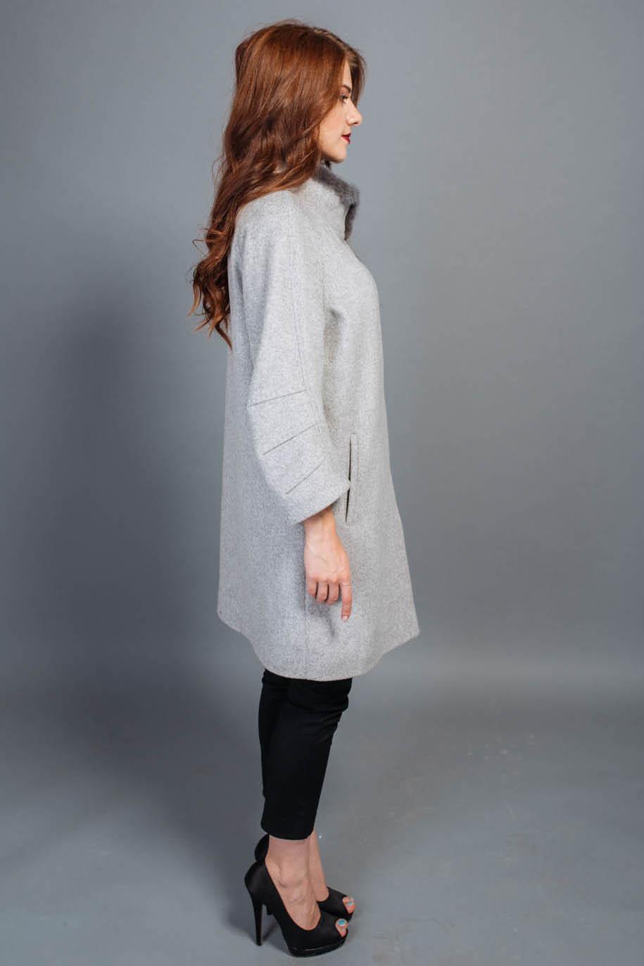 Женское  полушерстяное пальто прямого кроя, на кнопках. Воротник стойка, оторочен норкой. Крой рукава реглан, длина рукава 6/7. Два кармана снаружи, один внутренний. К модели прилагается пояс.