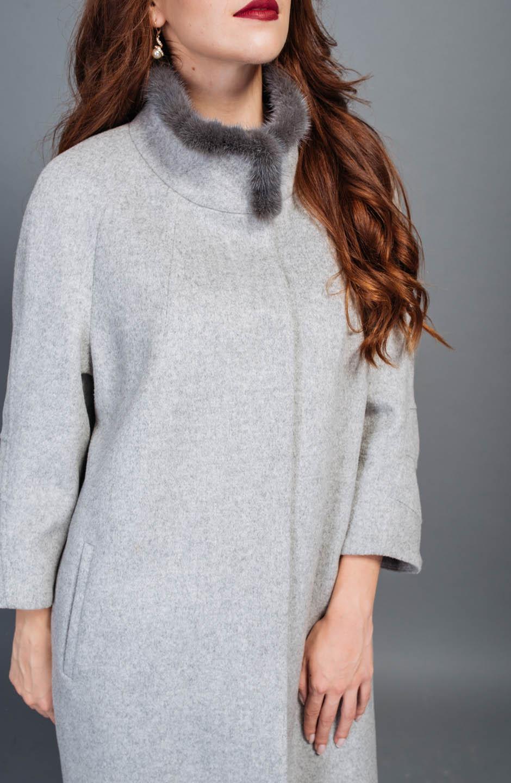 Пальто з норковим  оздобленням  сірого кольору.
