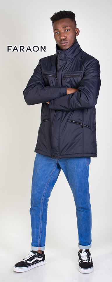 Демисезонна чоловіча куртка темно-синього кольору.