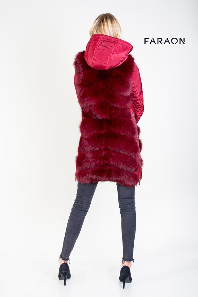 Пуховик женский молодёжный комбинированный с мехом песца бордового цвета