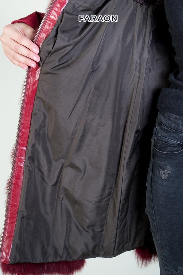 Купить пуховик женский зимний молодёжный красного цвета с  натуральным мехом
