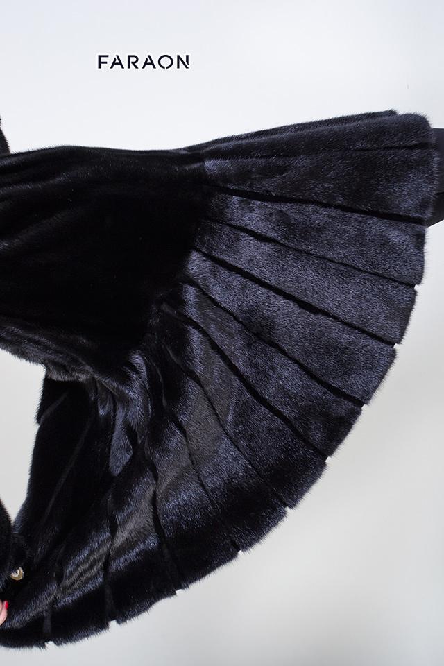 Норковое пальто полуприлегающего кроя под пояс, к низу красивое расклешение гаде. С капюшоном. Шкурки выложены в разном направлении, что создает эффект утонченного силуэта.