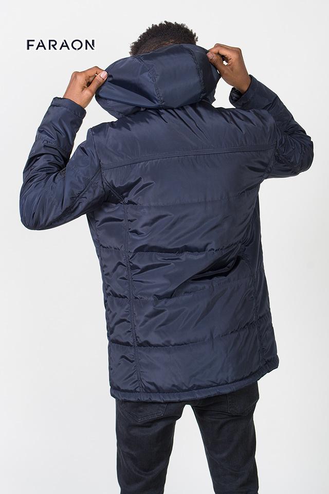 Дуже якісна чоловіча  куртка.  Вигляд зі спини.