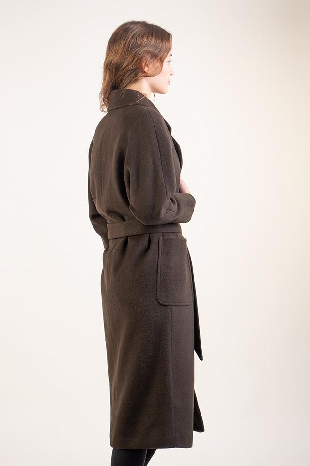 Классическое женское пальто под пояс. Прямой крой. Цвет пальто хаки. Пальто теплое,практичное. Длинна пальто  до колен.