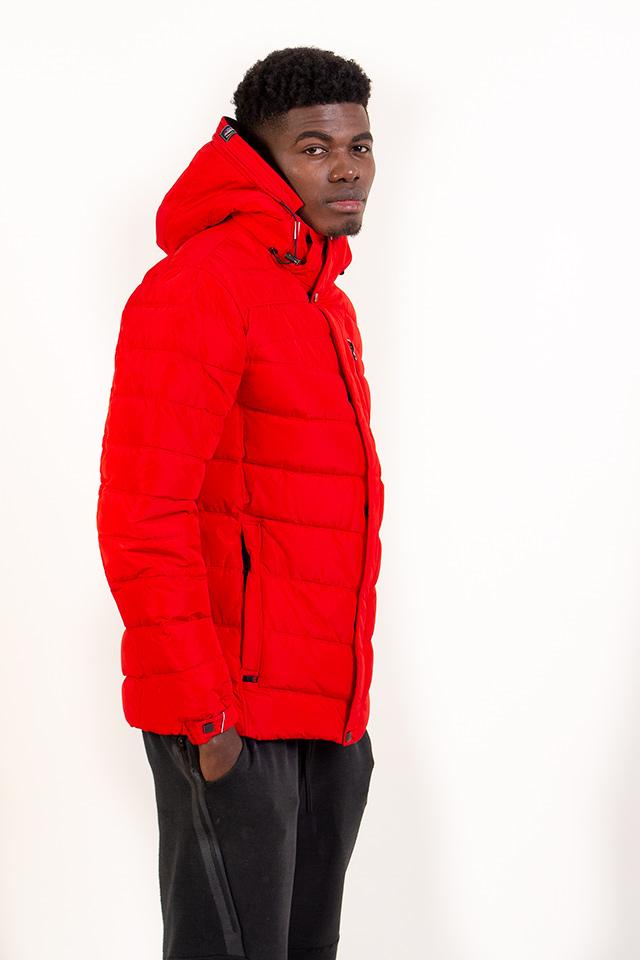 Зимой 2018 мужской пуховик красного цвета с капюшоном спортивного плана молодёжный